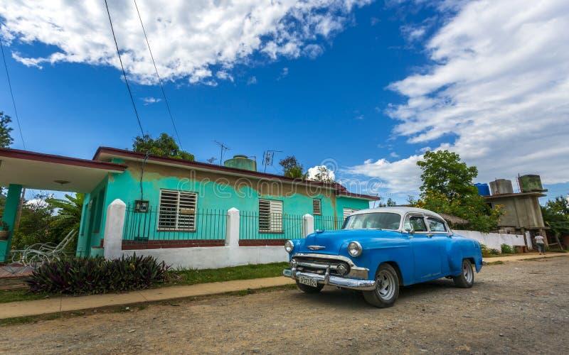 Carro do vintage, UNESCO, Vinales, Pinar del Rio Province, Cuba, Índias Ocidentais, as Caraíbas, América Central imagens de stock