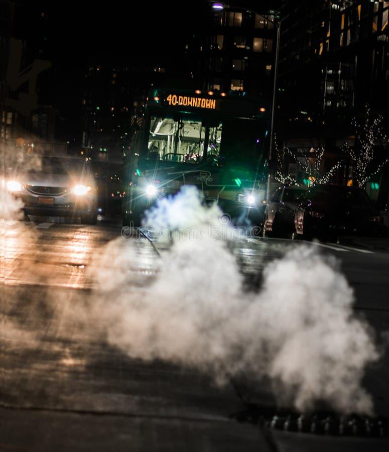 Carro e ônibus na interseção da cidade foto de stock