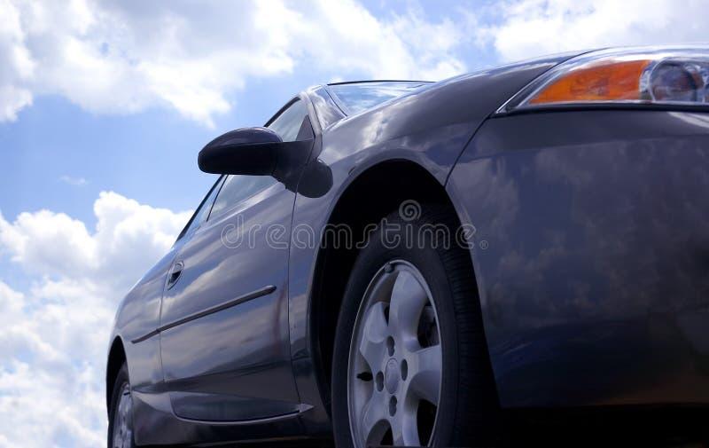 Carro e céu azuis fotos de stock