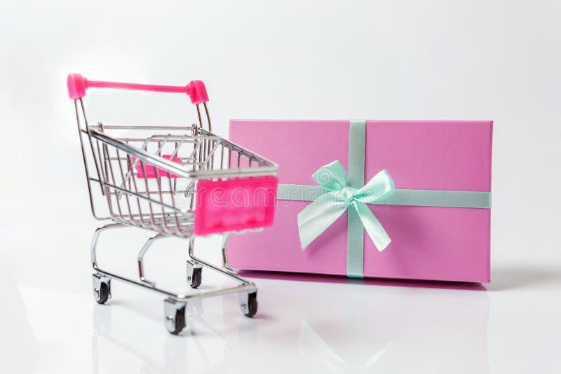 Carro e caixa de presente do impulso do brinquedo do mantimento do supermercado pequeno no fundo branco imagem de stock royalty free