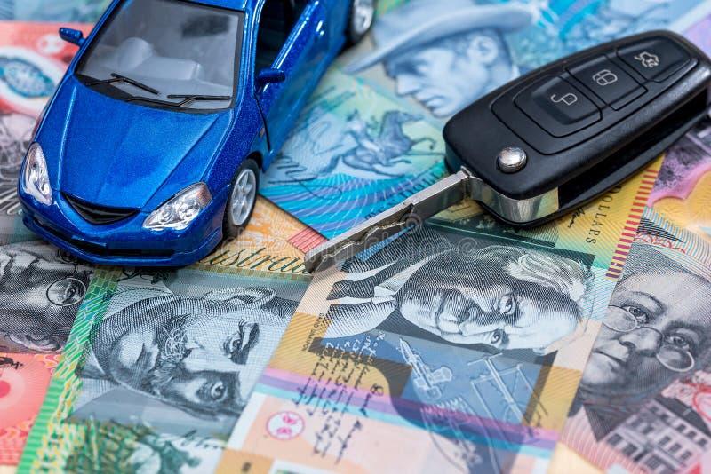 Carro e chaves do brinquedo em c?dulas do d?lar australiano imagem de stock