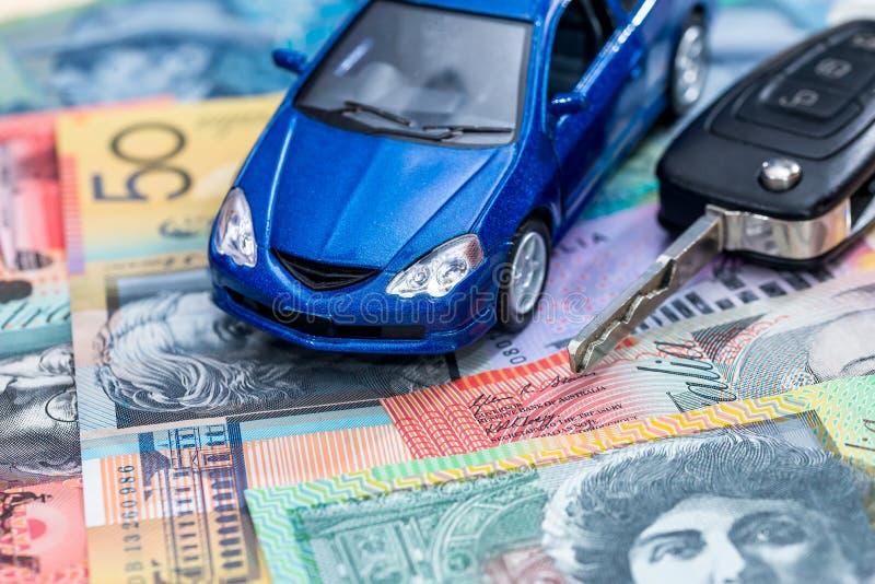Carro e chaves do brinquedo no dólar australiano imagens de stock