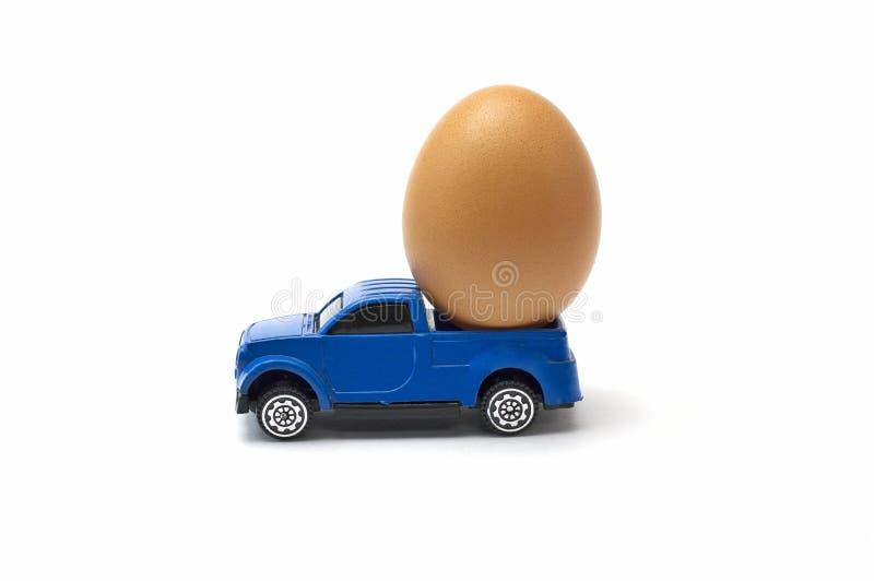 Carro e ovo do brinquedo imagens de stock royalty free