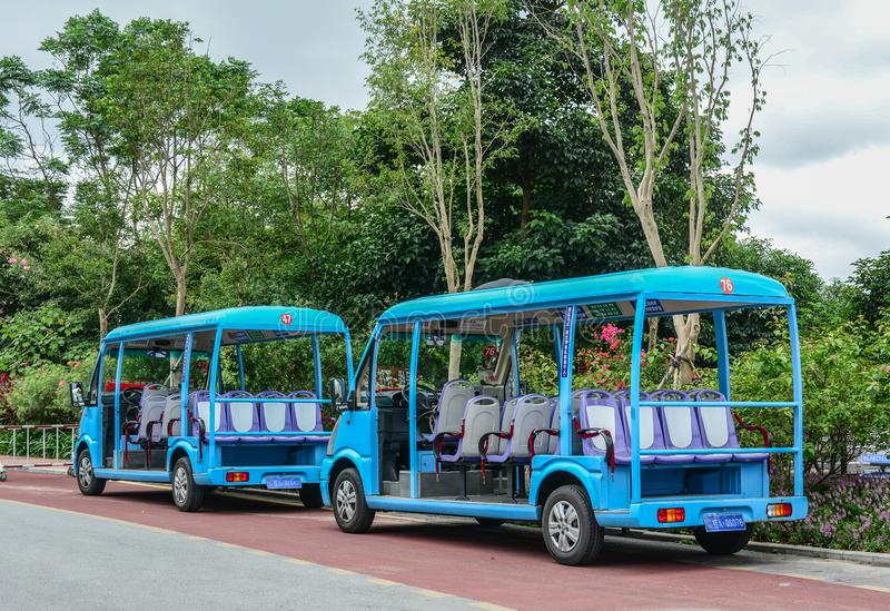 Carro eléctrico en el parque de la ciudad fotos de archivo
