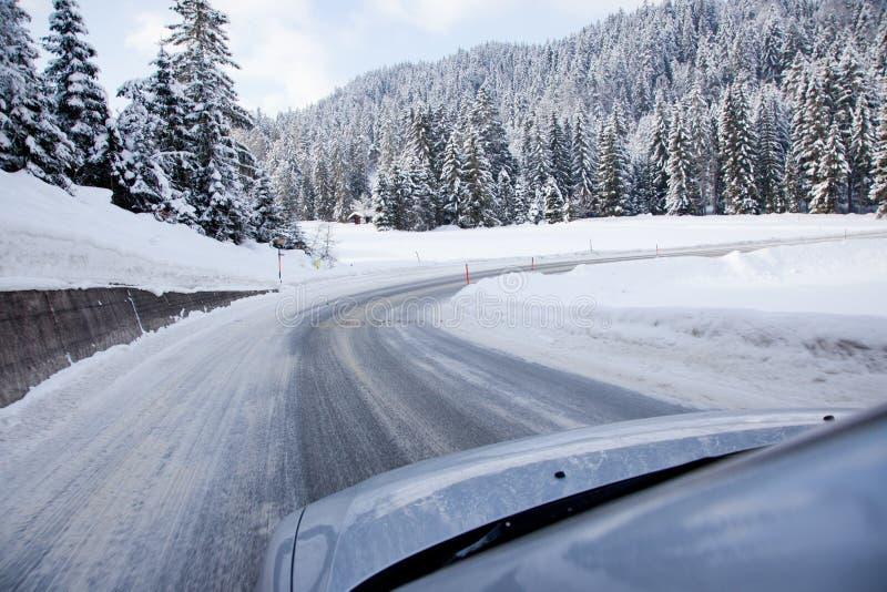 Carro em uma estrada coberto de neve foto de stock royalty free