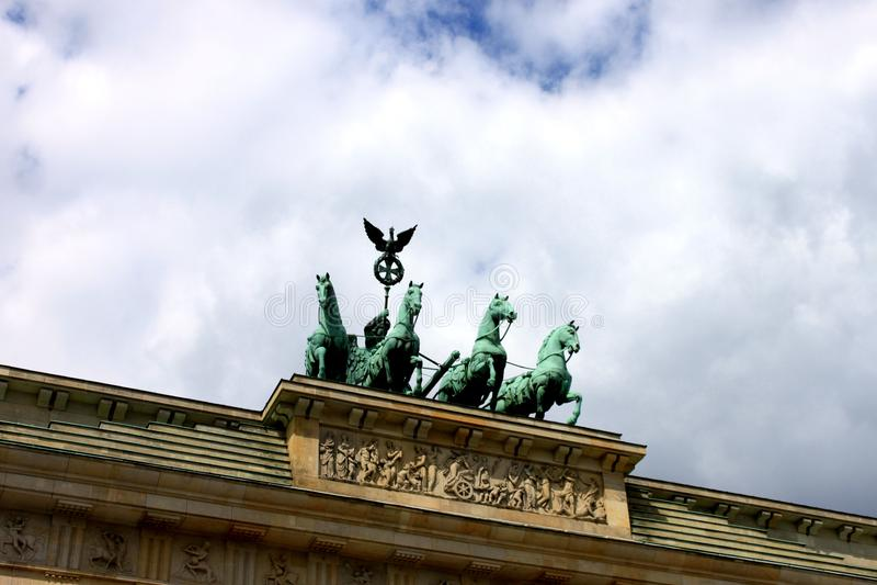 Carro en Berlin Brandenburg Gate Brandenburger Tor, Berlín, Alemania imagen de archivo