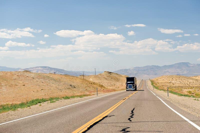 Carro en el camino del desierto de Nevada foto de archivo libre de regalías