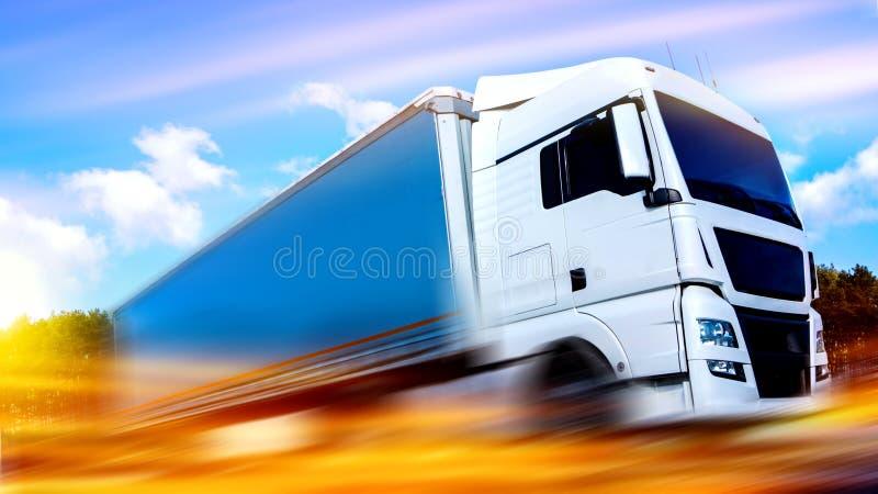 Carro en el camino Transporte comercial Envase de transporte del camión imagenes de archivo