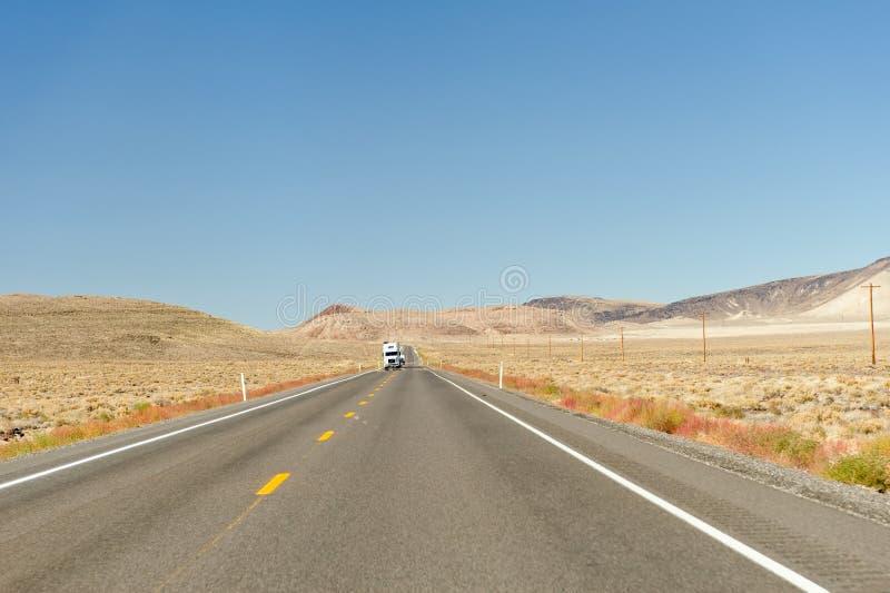 Carro en la carretera en desierto fotografía de archivo libre de regalías