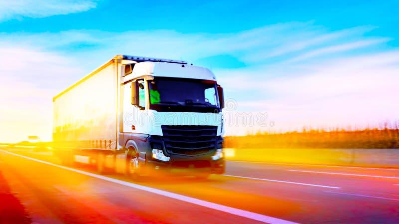 Carro en la carretera Transporte comercial Envase de transporte del camión imagenes de archivo