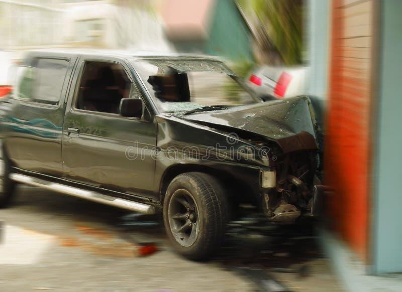 Carro esmagado. Acidente de tráfico da estrada. fotografia de stock
