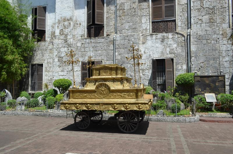 Carro español del vintage dentro del compuesto de la iglesia, Cebú foto de archivo