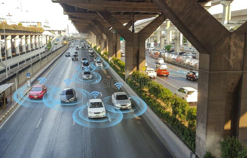Carro esperto, auto-conduzindo o veículo do modo com sistema de sinal do radar fotografia de stock royalty free
