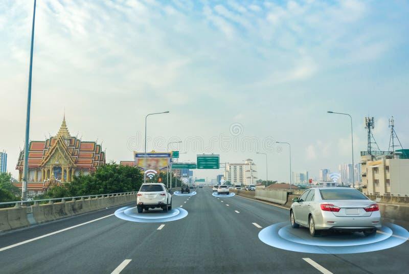 Carro esperto, auto-conduzindo o veículo do modo com sistema de sinal do radar e e uma comunicação sem fio, autônoma fotos de stock royalty free