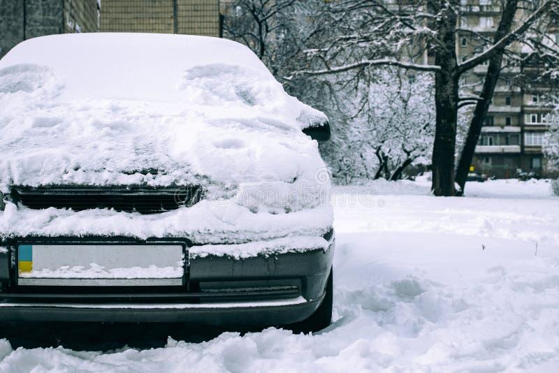Carro estacionado coberto com a neve - tempestade da neve, carro após uma queda de neve pesada, muita neve no carro, carro na jar foto de stock royalty free