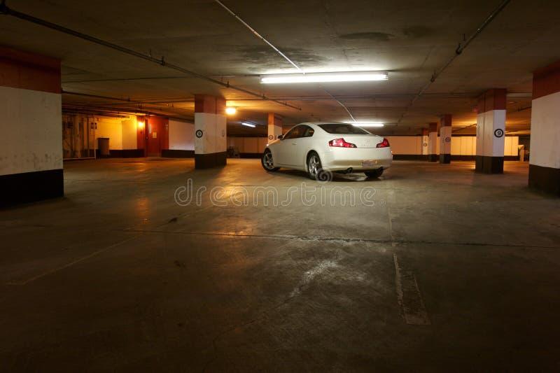 Carro estacionado em uma garagem vazia fotografia de stock royalty free