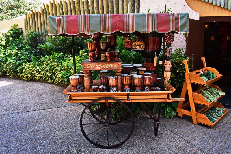 Carro europeu do estilo com cilindros africanos e máscara em jardins Tampa de Bush foto de stock