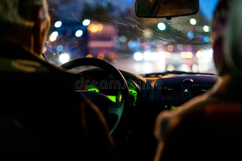 Carro f da movimentação do taxista da cidade da noite foto de stock
