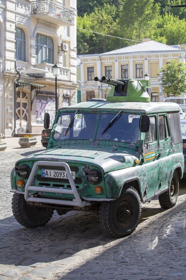 Carro fora de estrada com as metralhadoras no telhado na rua em Kiev, Ucrânia fotografia de stock