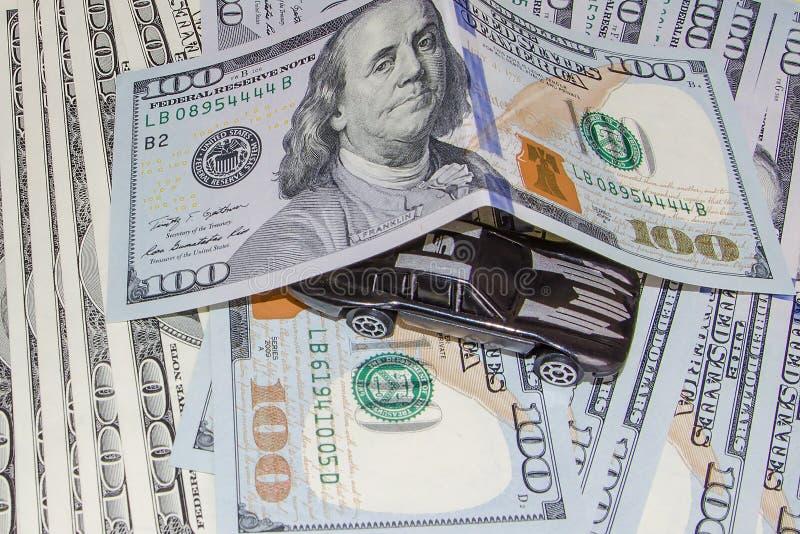 Carro fresco no dinheiro Compre um carro caro fotos de stock royalty free