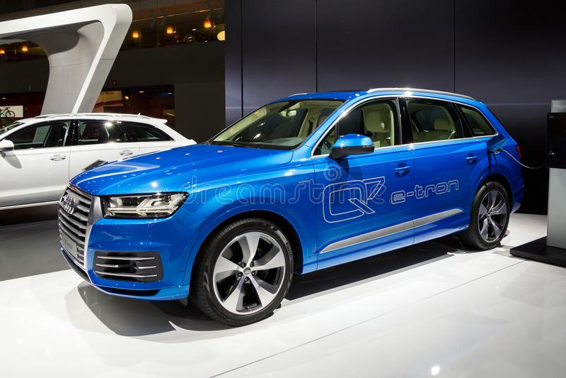 Carro híbrido de encaixe de Audi Q7 e-Tron fotos de stock