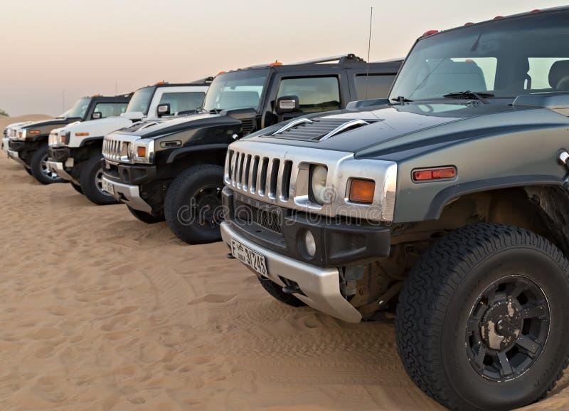 carro Hummer que estaciona no quarto vazio do safari do deserto foto de stock
