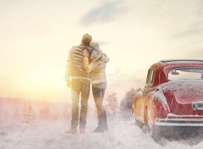 Carro loving dos pares e do vintage fotografia de stock royalty free
