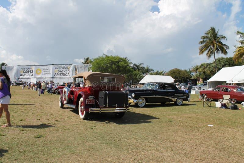 Carro luxuoso americano antigo conduzido imagem de stock