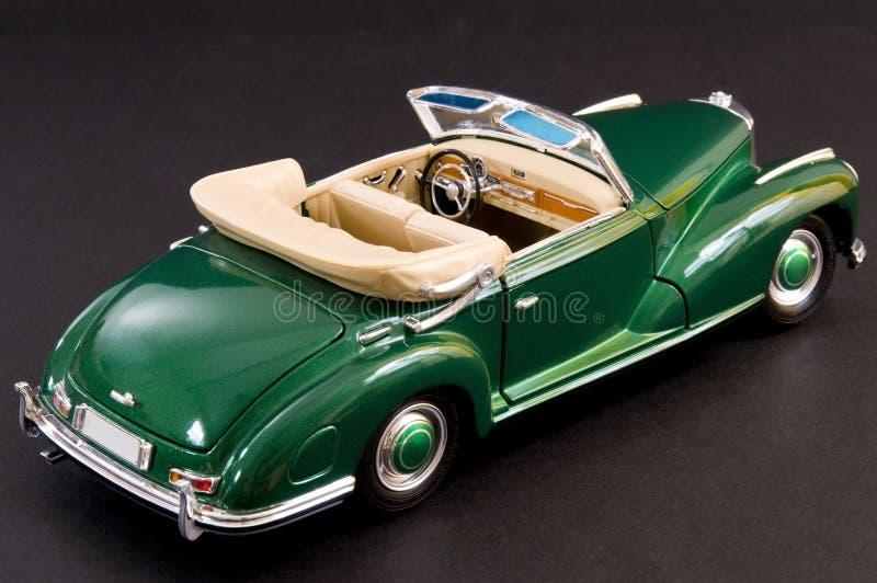 Carro luxuoso clássico lustroso verde imagem de stock
