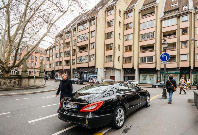 Carro luxuoso de Mercedes-Benz CLS estacionado na rua imagem de stock royalty free