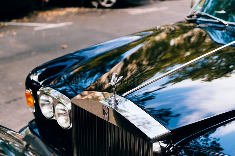 Carro luxuoso de Rolls royce estacionado na cidade imagem de stock