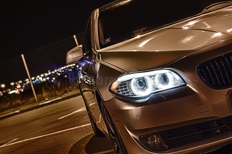 Carro luxuoso estacionado na noite fotografia de stock