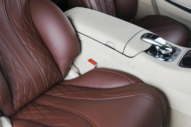 Carro luxuoso moderno para dentro Interior do carro moderno do prestígio Assentos de couro confortáveis Cabina do piloto de couro fotos de stock royalty free