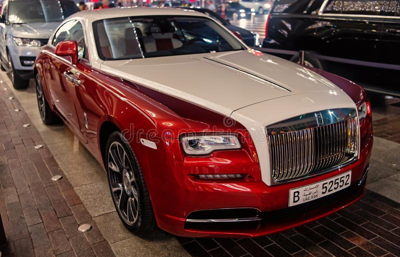 Carro luxuoso Rolls Royce Wraith ao lado da alameda de Dubai Rolls Royce é carro luxuoso caro famoso do tipo do automóvel foto de stock