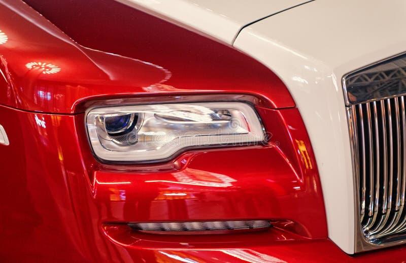 Carro luxuoso Rolls Royce Wraith ao lado da alameda de Dubai Rolls Royce é carro luxuoso caro famoso do tipo do automóvel imagem de stock