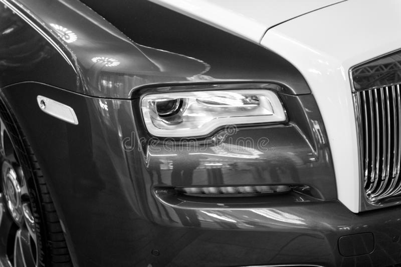 Carro luxuoso Rolls Royce Wraith ao lado da alameda de Dubai fotografia de stock