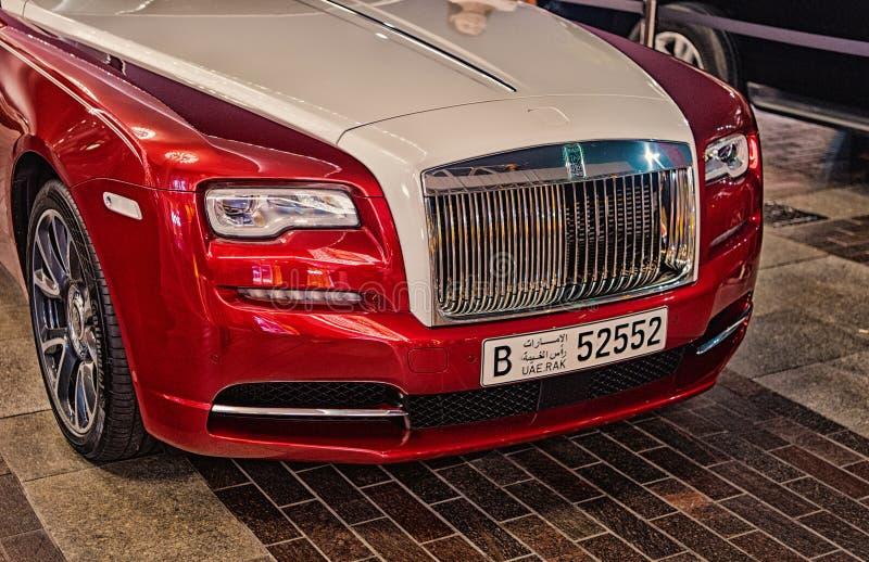 Carro luxuoso Rolls Royce Wraith ao lado da alameda de Dubai imagem de stock