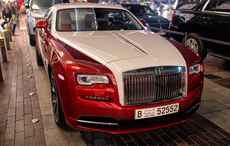 Carro luxuoso Rolls Royce Wraith ao lado da alameda de Dubai imagens de stock