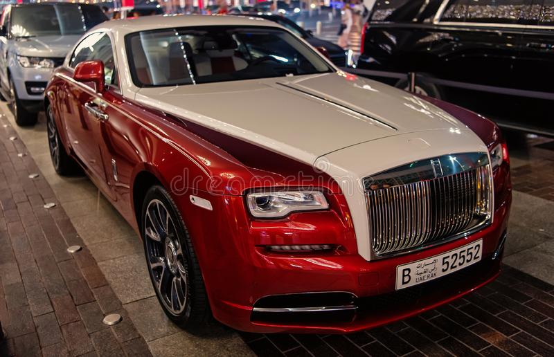 Carro luxuoso Rolls Royce Wraith ao lado da alameda de Dubai fotografia de stock royalty free
