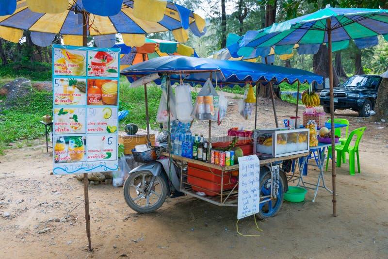 Carro móvel do vendedor com juces do fruto fresco fotos de stock royalty free