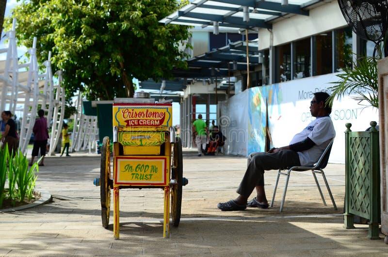 Carro móvil de madera del helado del vintage en la acera de la ciudad foto de archivo