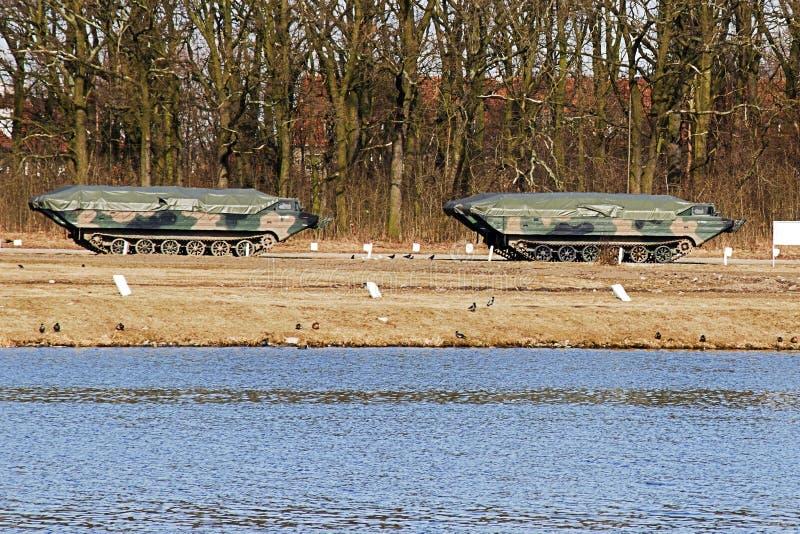 Carro militar anfíbio que está em um campo de treino perto do r fotos de stock