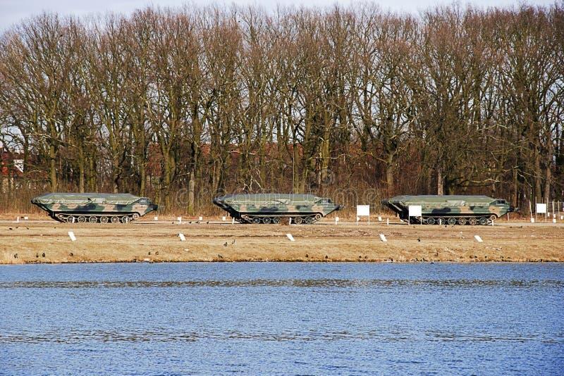 Carro militar anfíbio que está em um campo de treino perto do r fotografia de stock royalty free