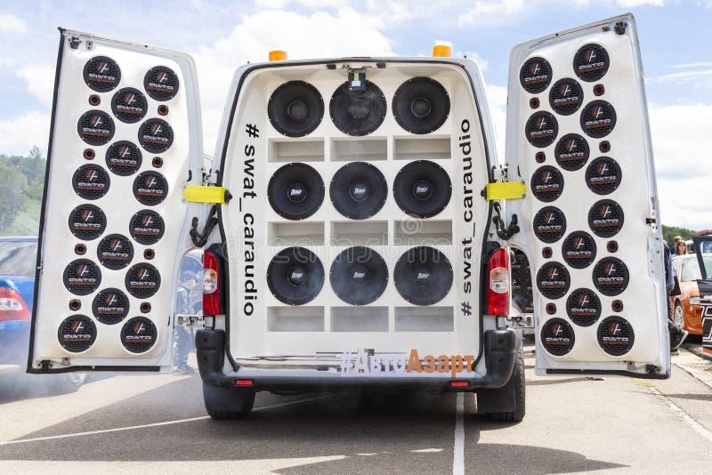 Carro moderno de ajustamento com sistema de áudio poderoso extremo Ajustamento baixo do Subwoofer Mostra de ajustamento em Rússia fotos de stock royalty free