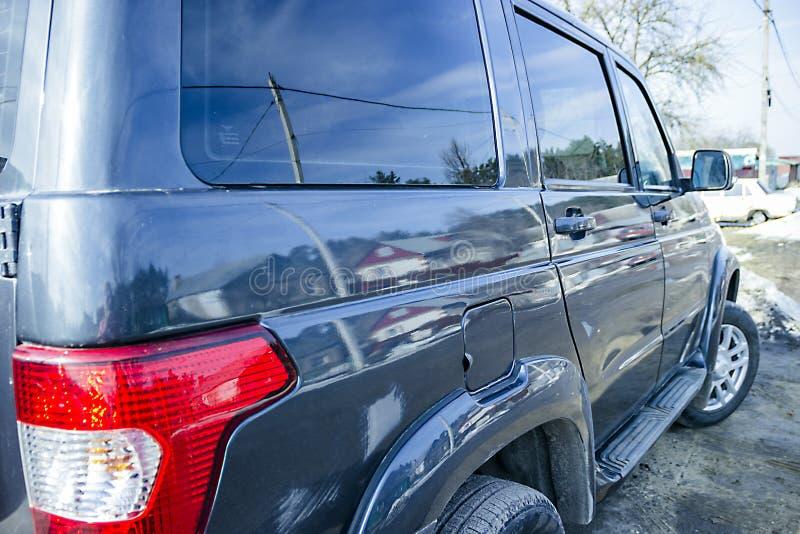 Carro moderno metálico de prata isolado fotos de stock