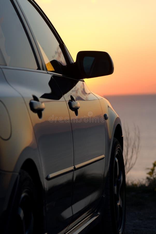 Carro moderno no por do sol fotografia de stock