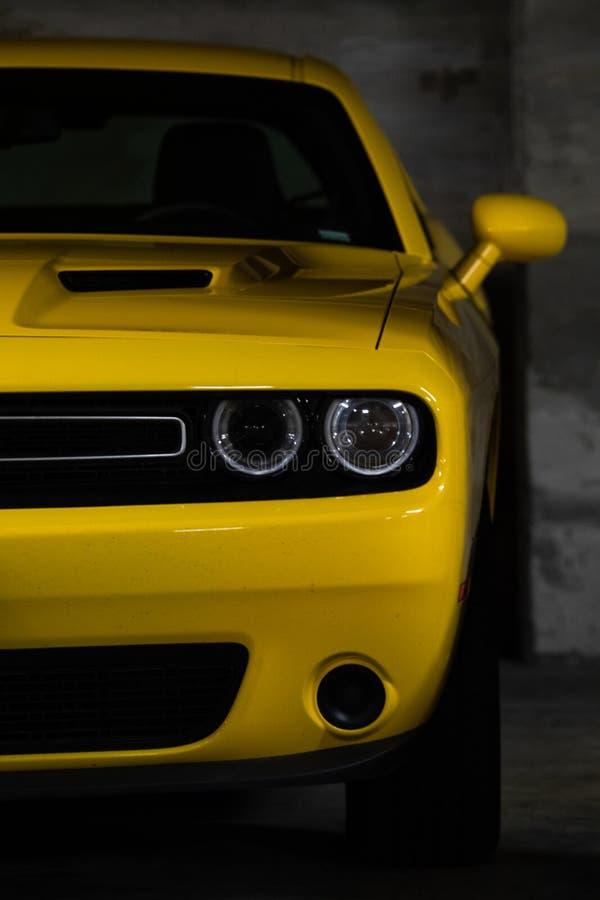 Carro muscular americano em amarelo imagens de stock royalty free