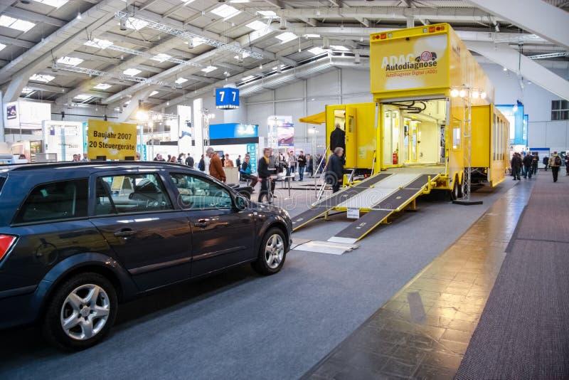 Carro na entrada ao centro de serviço técnico móvel de Autodiagnose Digital fotografia de stock