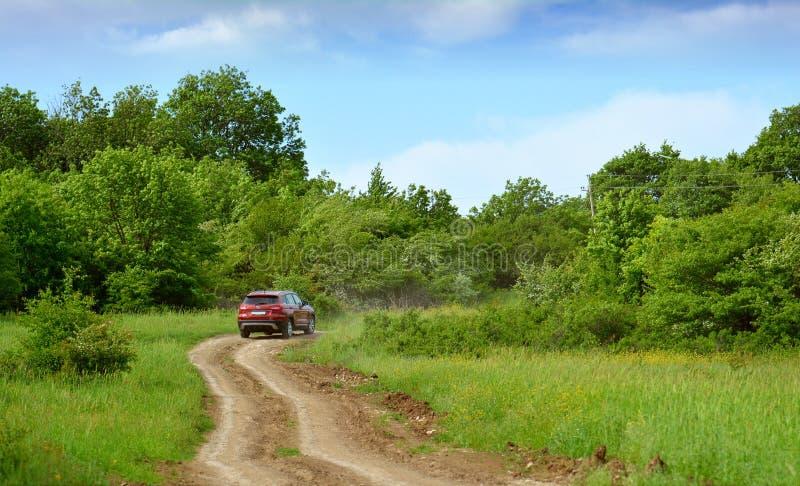 Carro na estrada do cascalho imagens de stock royalty free