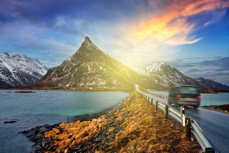 Carro na estrada em Noruega fotografia de stock